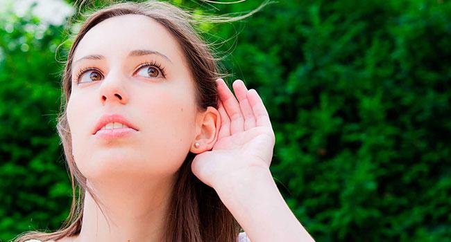 Девушка прислушивается