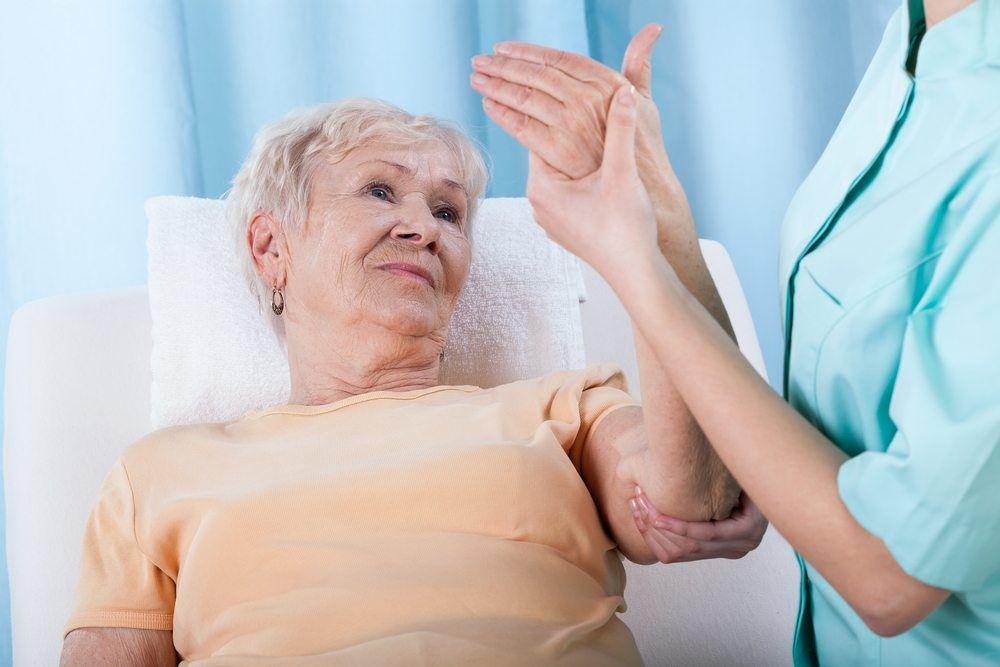 Врач держит за руку женщину
