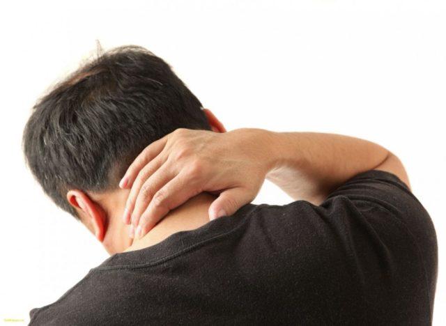 Мужчина держится за шею
