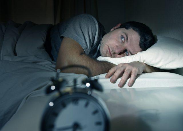 Мужчина лежит в кровати