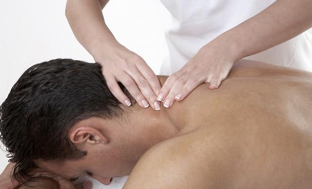 Парню делают массаж