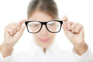 Девушка держит очки