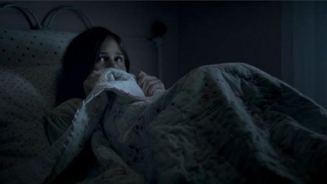 Девушка лежит под одеялом