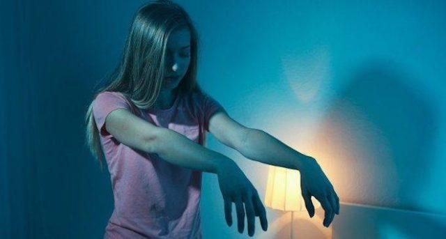 Девушка вытянула руки