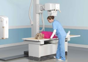 Женщине делают рентген