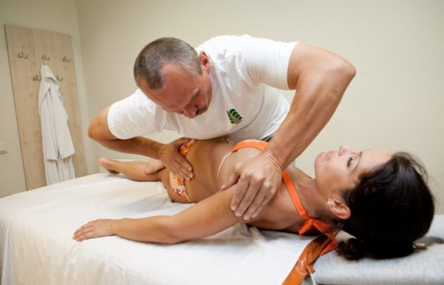 Мужчина делает массаж девушке