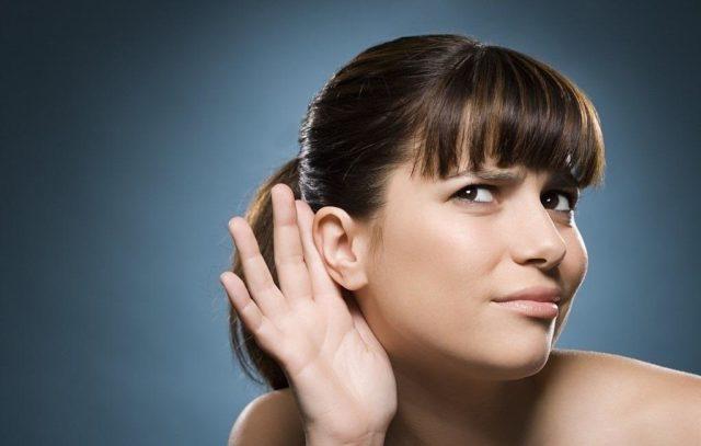 Девушка держит руку у уха