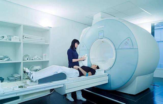 Девушке делают МРТ