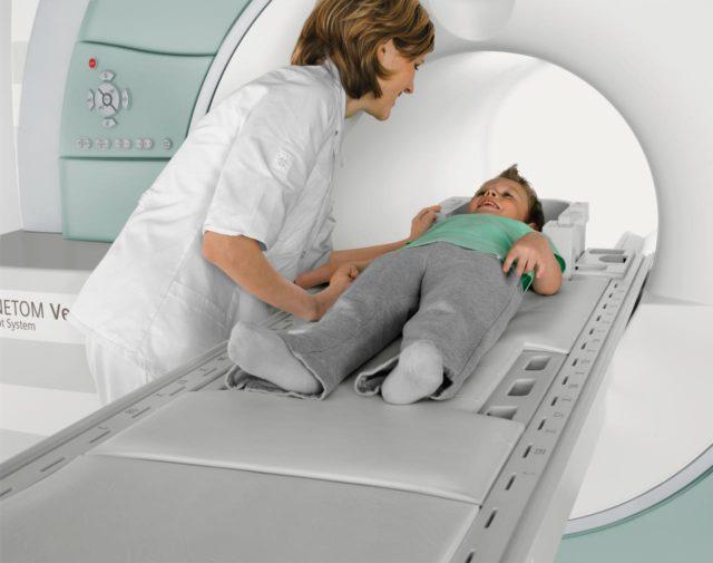 Ребенку делают МРТ
