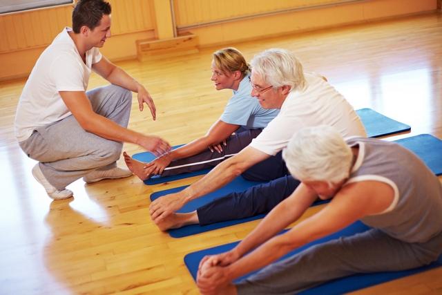Старики делают упражнения