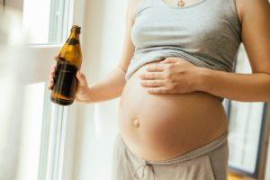 Беременная пьет пиво