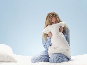 Девушка держит подушку