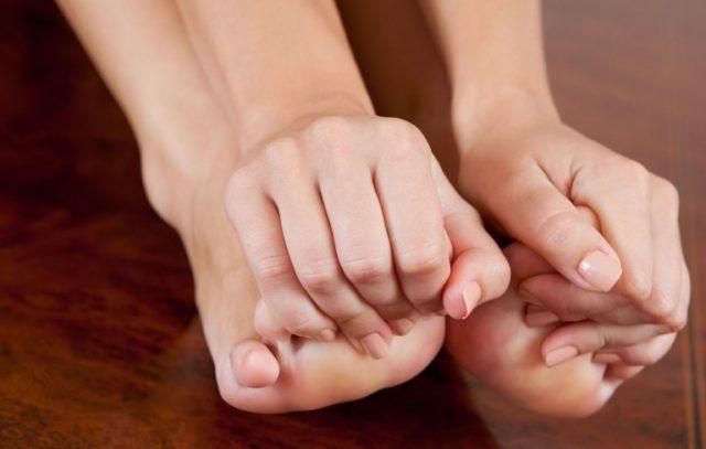 Девушка сжала пальцы ног