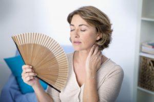 Женщина держит веер