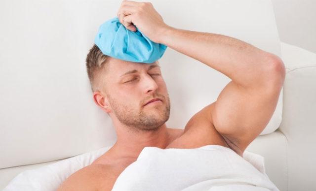 Мужчина держит лед на голове