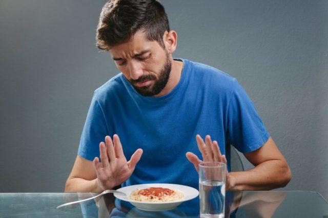 Мужчина отказывается от еды