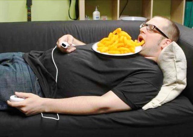 Парень лежит на диване