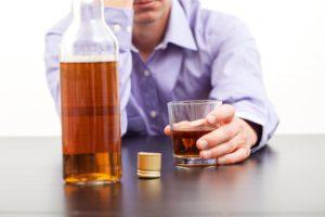Парень пьет алкоголь