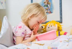 Девочка зажала рот
