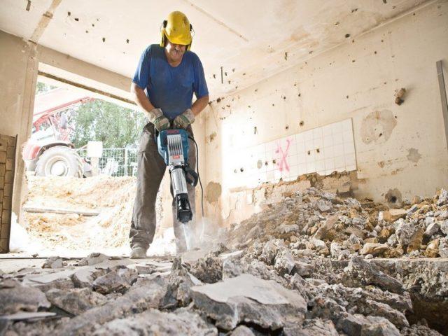 Мужчина работает вибромолотком