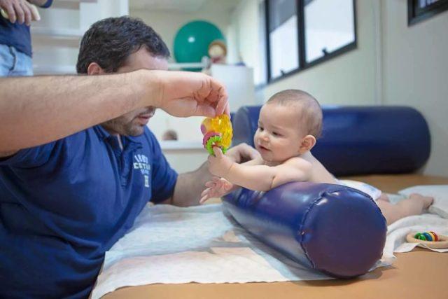 Младенец и инструктор