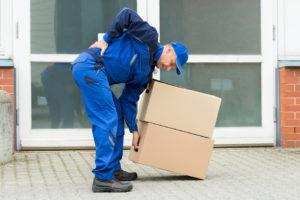 Мужчина держит коробки