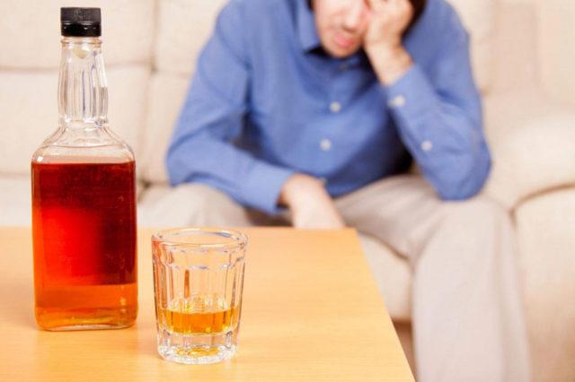 Бутылка и стакан на столе
