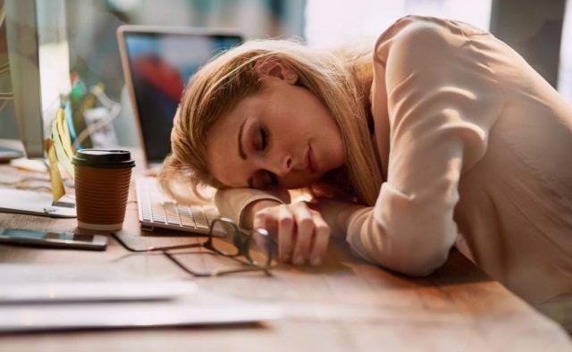 Девушка лежит на столе