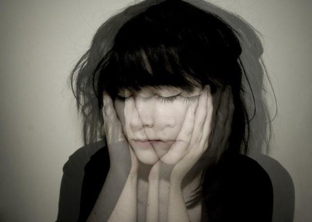 Девушка закрыла глаза