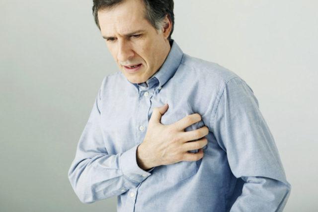 Мужчина держится за сердце