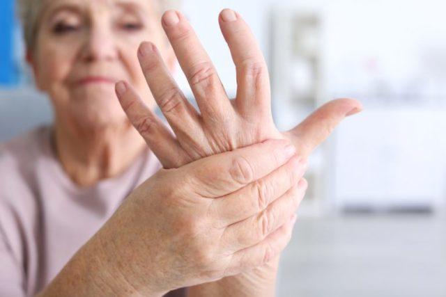 Женщина держит руку