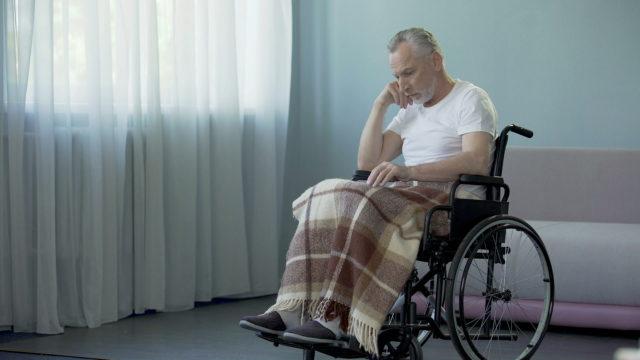 Мужчина на коляске