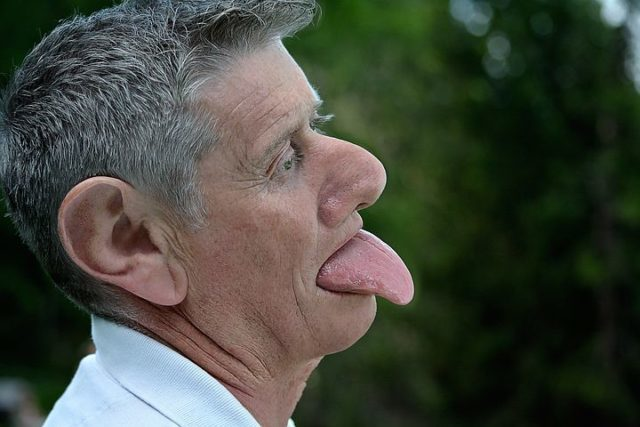 Мужчина высунул язык