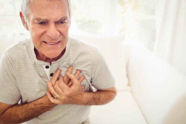 Старик держится за сердце