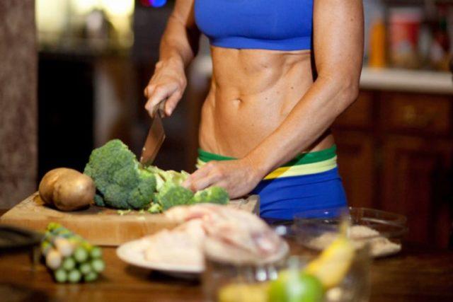 Девушка режет овощи