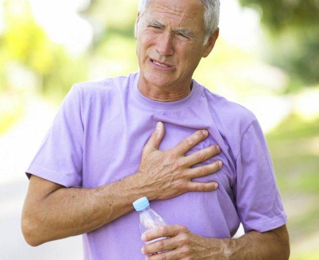 Старик держится за грудь